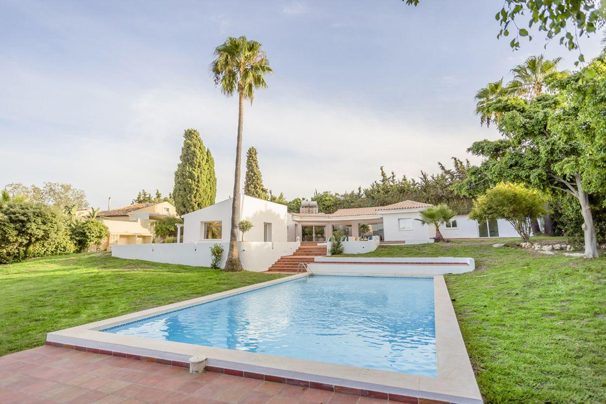 Komplett renovierte Villa, nur wenige Minuten vom Laguna Village Beach in Estepona entfernt