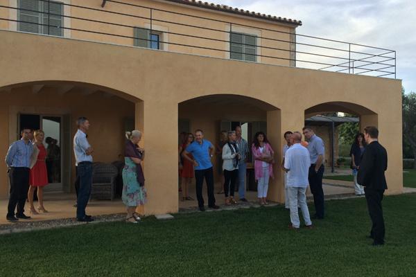 Inhaber Heinz Hamacher stellt die acht neu erbauten Luxusfincas auf Carrossa vor.