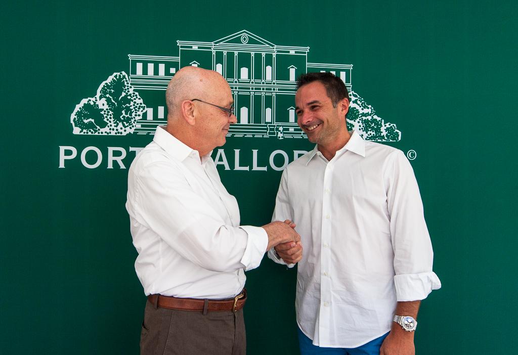 Porta Mallorquina and Porta Mondial founder Joachim Semrau (l.) congratulates Stefan Suter, franchise partner Majorca Northeast, on the new estate agency in Artà.