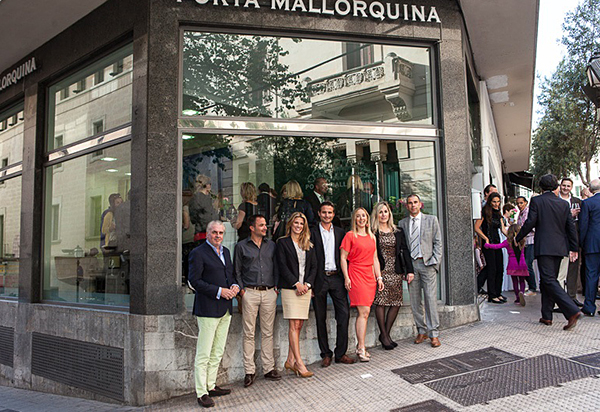 The Porta Mallorquina franchise partners in front of the new estate agency at Calle Conquistador 8 in Palma de Mallorca.