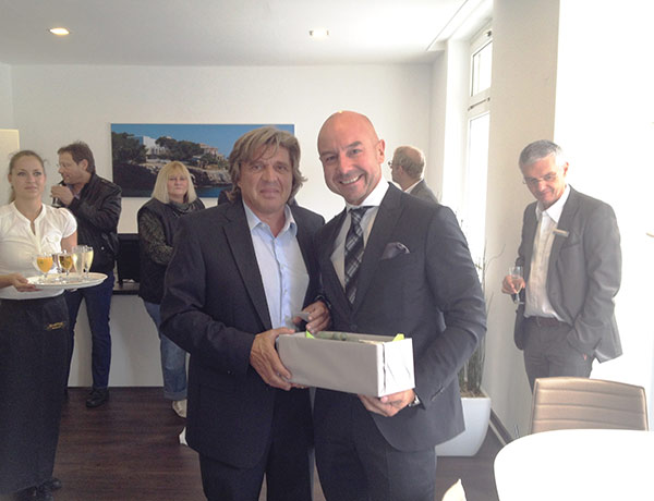 CEO Markus Schreurs congratulates Werner Glantschnig on the opening of his estate agency in Essen-Kettwig.