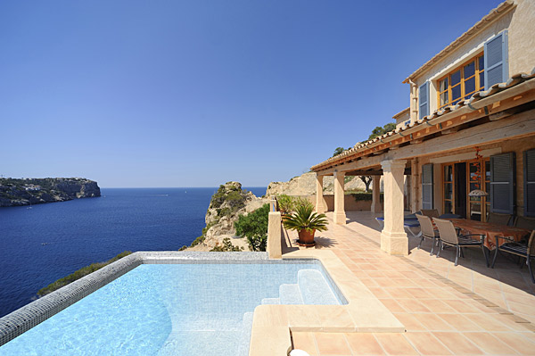 Exclusive villa with sea views in Puerto Andratx. Tips for property buyers.